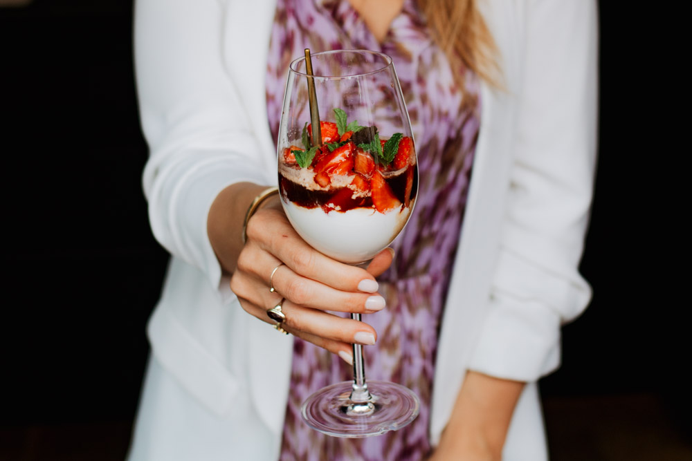 Ricotta mousse met balsamico aardbeien en krokante munt
